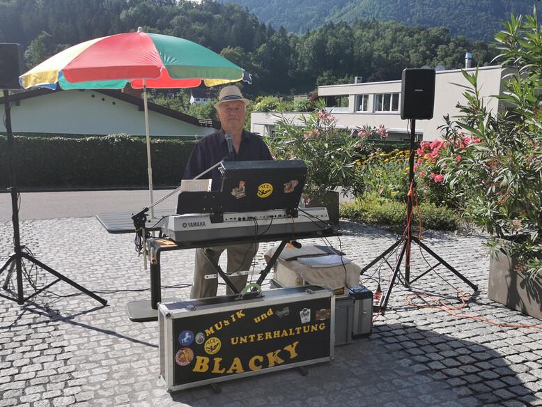 Alleinunterhalter Kurt Schwarz alias Blacky im Antoniushaus der Kreuzschwestern